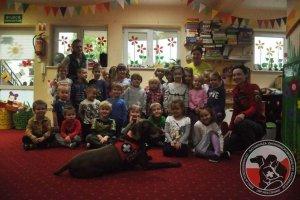 Spotkanie psa ratowniczego z dziećmi z przedszkola w Bezrzeczu.